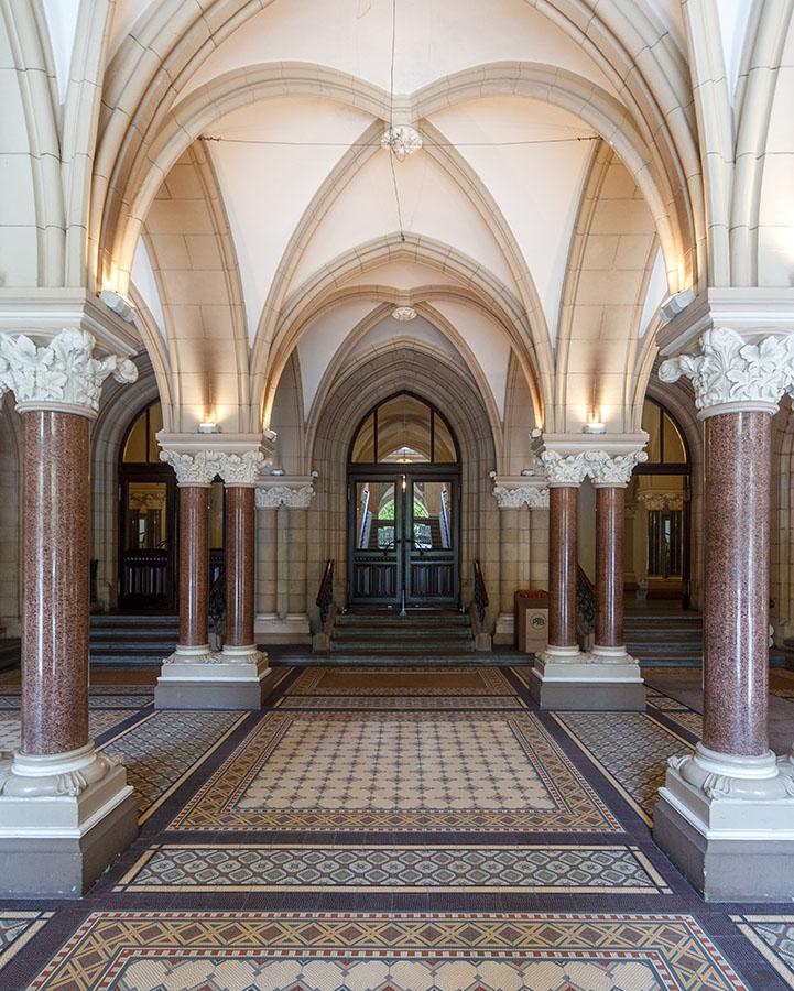 Unteres Foyer Neues Rathaus Braunschweig | Architekturfotografie Sándor Kotyrba