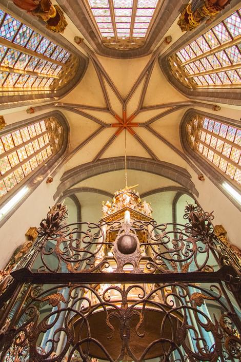 Taufbecken in der St- Martini-Kirche in Braunschweig | Architekturfotografie Sándor Kotyrba