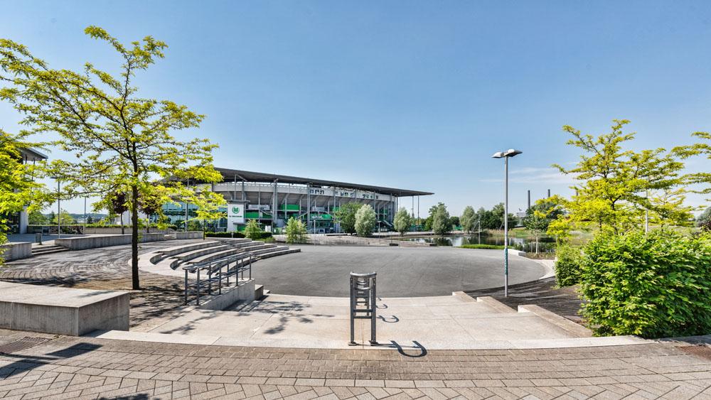 Allerpark Wolfsburg, Plaza mit Vfl-Stadion | Sándor Kotyrba Architekturfotografie