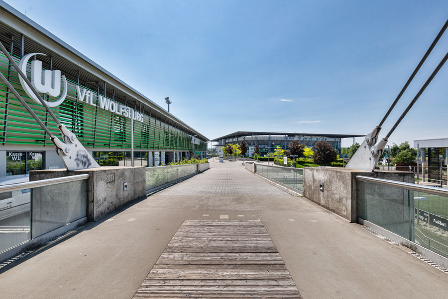 Allerpark Wolfsburg, Plaza-Brücke mit Vfl-Stadion | Sándor Kotyrba Architekturfotografie